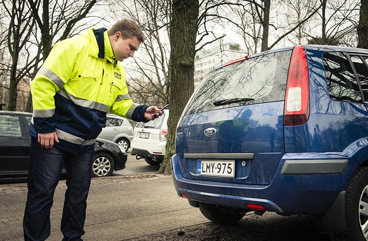 Työnjohtaja Toni Rantanen näyttää miten rekisterinumeroita skannataan.